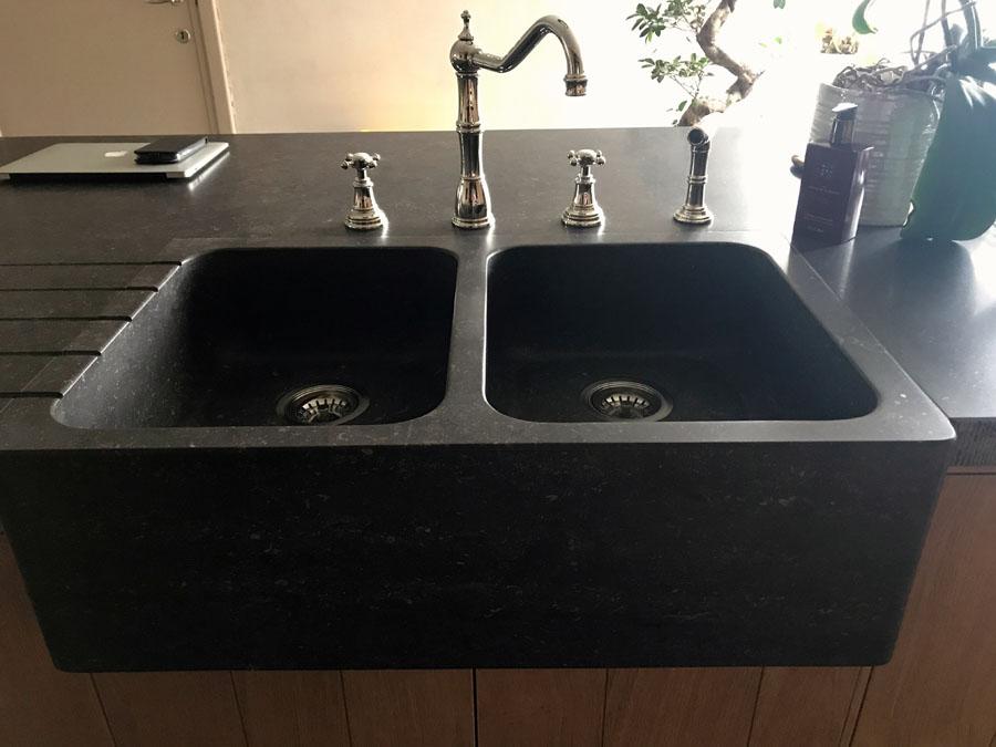 Keukenwerkbladen in Belgische blauwe hardsteen donker gezoet