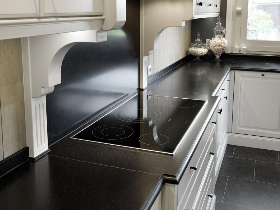 Keukenwerkbladen in graniet Indian black verzoet randafwerking papegaaibek