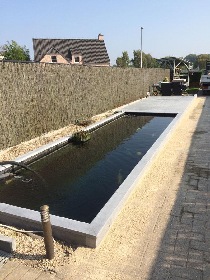 Vijverrand en tegels in Belgische arduin geschuurd