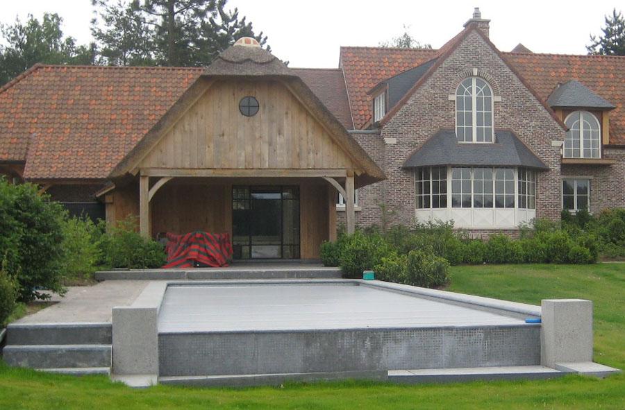 Zwembadboord in Belgische arduin gebouchardeerd