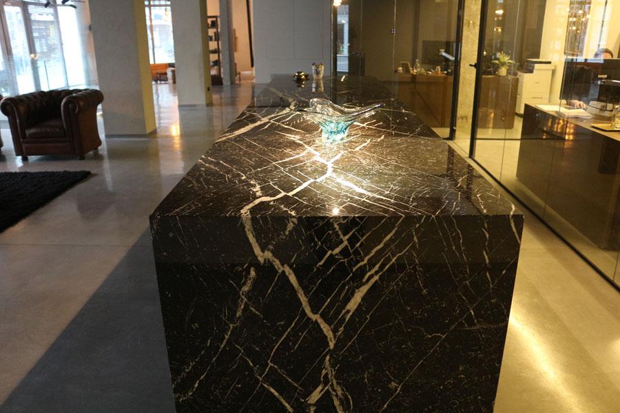 Project in Marmer Nero Marquina bookmatch bij Advocatenkantoor Noben–Simons te Vilvoorde. Ontworpen door Architect D.E.O.S Guy Vanden Branden.